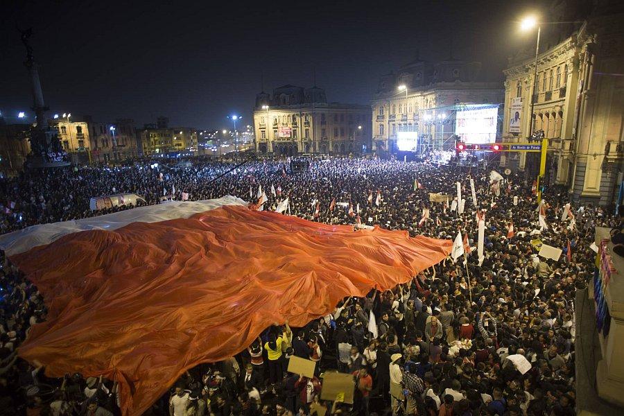 Multitud en defensa de la democracia. Foto: Juanjo Fernández / El País
